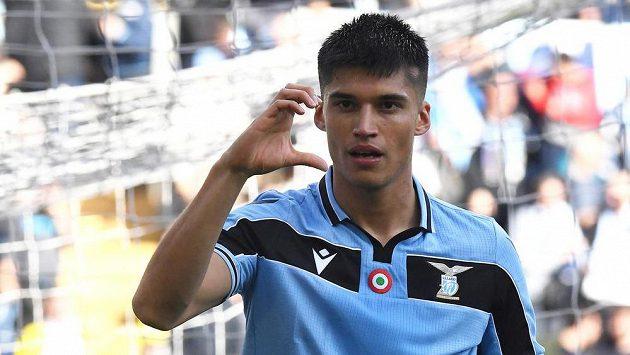 Fotbalista Lazia Řím Joaquin Correa slaví gól v duelu s Boloňou.