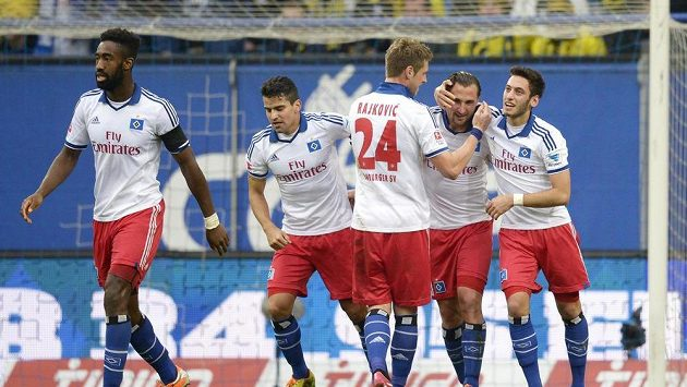 Fotbalisté Hamburku se radují společně se střelcem Petrem Jiráčkem (druhý zprava) z gólu proti Borussii.