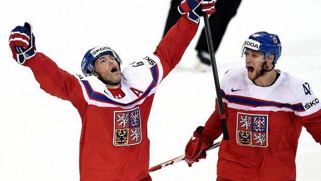 """Jaromír Jágr (vlevo) a Michal Jordán se radují z rozhodujícího gólu """"68"""" ve čtvrtfinále MS proti Finsku."""