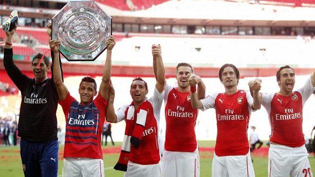 Brankář Arsenalu Emiliano Martínez (vlevo) a jeho spoluhráči Alexis Sánchez, Santi Cazorla, Aaron Ramsey, Tomáš Rosický a Mathieu Flamini slaví zisk anglického Superpoháru Community Shield.