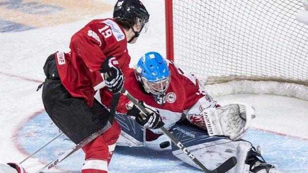 Švýcar Yannick Zehnder překonává dánského brankáře Lasseho Petersena.