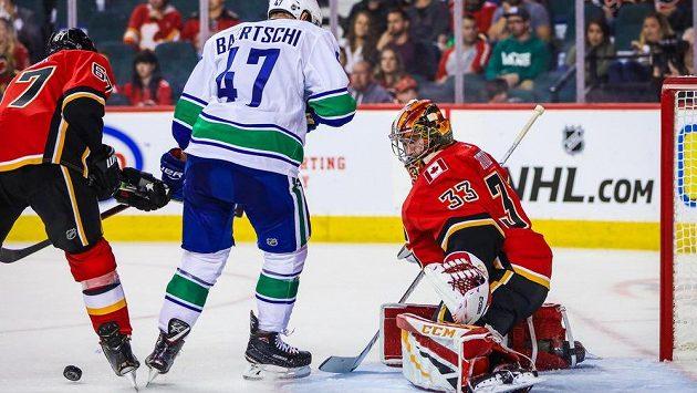 David Rittich v brance Calgary v přípravném utkání proti Vancouveru ani jednou neinkasoval.