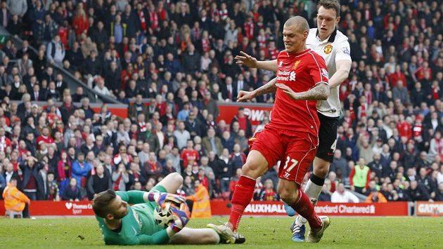 Obránce Liverpoolu Martin Škrťel si za šlápnuti na nohu brankáři Davidovi De Geaovi nezahraje tři zápasy.