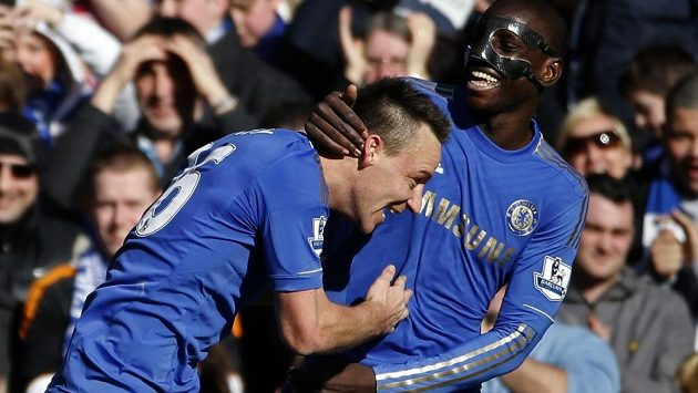 John Terry (vlevo) a Demba Ba slaví gól proti Brentfordu.