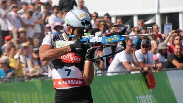 Martin Fourcade při střelbě na Samse Biathlon Summer Tour v Prémanonu.