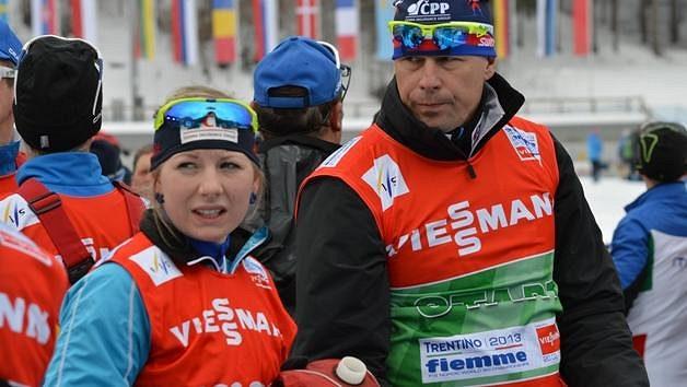 Ve tváři Lucie Charvátové bylo před startem štafety patrné napjaté očekávání. Vpravo fyzioterapeut Jan Čížek.
