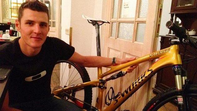 Jaroslav Kulhavý pózuje se svým novým zlatým kolem.