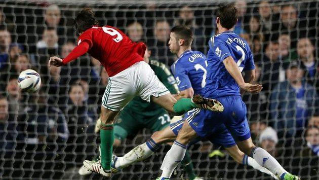 Michu (vlevo) střílí gól do sítě Chelsea v semifinále anglického Ligového poháru.