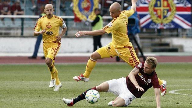 Pavla Haška (č. 6), střelce gólu pražské Dukly, se snaží zastavit sparťan Ladislav Krejčí