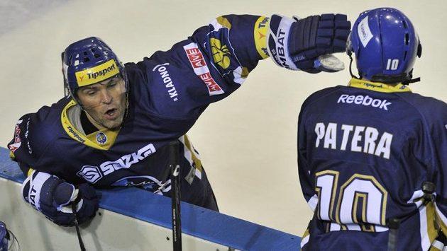 Jaromír Jágr z Kladna (vlevo nahoře) udílí pokyny svým spoluhráčům na střídačce.
