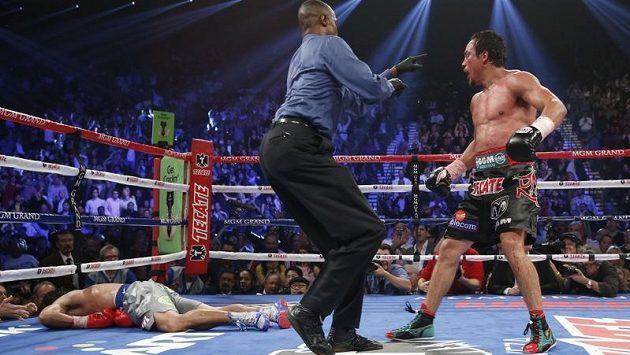 Manny Pacquiao leží bezvládně na zemi.