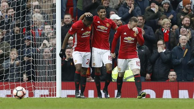 Fotbalisté Manchesteru United (zleva) Timothy Fosu-Mensah, Marcus Rashford a Wayne Rooney slaví gól proti Readingu ve třetím kole FA Cupu.