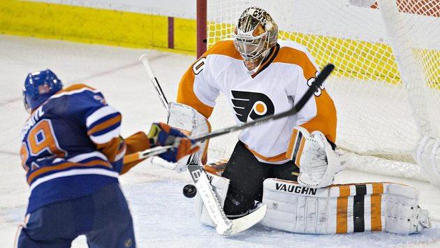 Brankář Philadelphie Flyers Michal Neuvirth v Edmontonu zářil, vytáhl i tento pokus Leona Draisaitla.