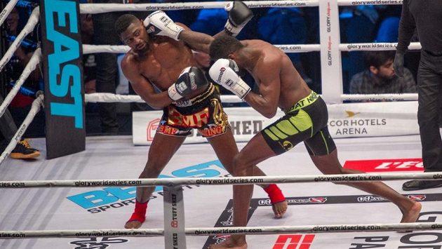 Nizozemský bojovník Murthel Groenhart (vpravo) zvítězil na Galavečeru Glory 42 knockoutem, podle fanoušků se ale nechoval fair play, proto jej napadli přímo v ringu.