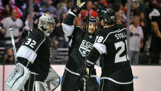 Radost hokejistů Los Angeles po závěrečném hvizdu třetího duelu proti Blackhawks.