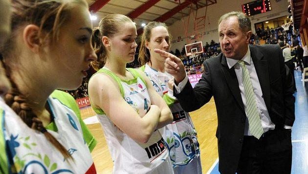 Zleva brněnské basketbalistky Klára Křivánková, Alena Hanušová a Aneta Mainclová a asistent trenéra Milan Veverka.