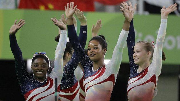 Americké gymnastky obhájily olympijské zlato v soutěži družstev. Zleva Simone Bilesová, Gabrielle Douglasová a Madison Kocianová.