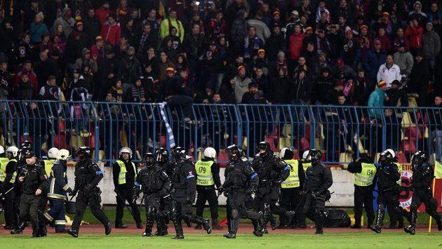 Těžkooděnci po přerušení utkání základní skupiny Evropské ligy mezi Slovanem Bratislava a pražskou Spartou.