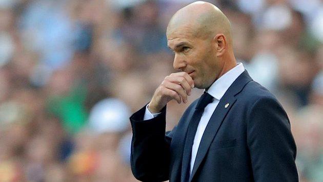 Zamyšlený trenér fotbalového Realu Madrid Zinédine Zidane.