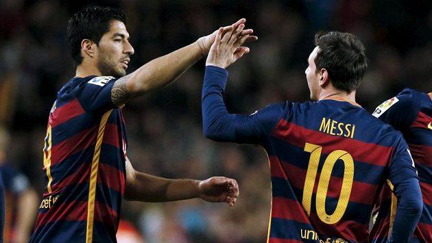 Fotbalisté Barcelony Luis Suárez (vlevo) a Lionel Messi oslavují gól proti Celtě Vigo.