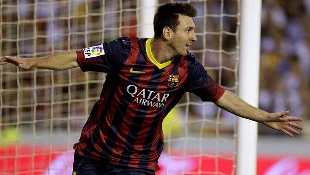 Argentinec Lionel Messi se raduje z čistého hattricku na půdě Valencie.