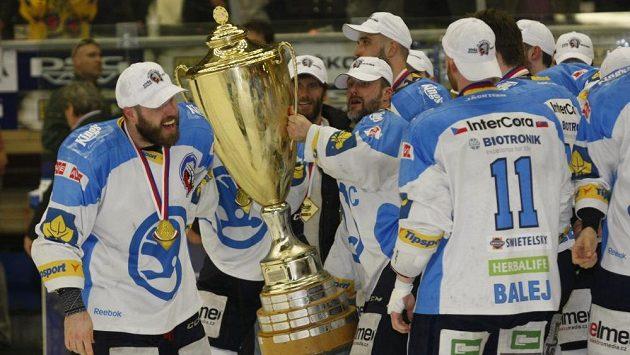 Martin Straka (s pohárem) oslavuje s plzeňskými spoluhráči zisk mistrovského titulu.