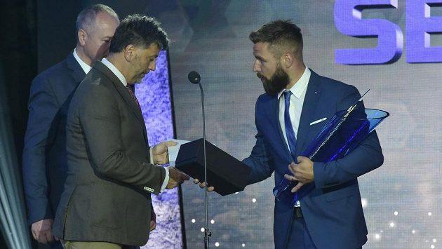 Hokejistou sezony se stal opět po roce Milan Gulaš (vpravo) z Plzně.