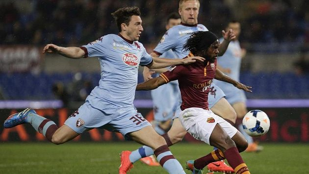 Gervinha (vpravo) z AS Řím stíhá Matteo Darmian z FC Turín.