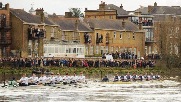 Osmiveslice Oxfordu (vpravo) a osmiveslice Cambridge během 159. ročníku věhlasného londýnského závodu dvou slavných univerzit.