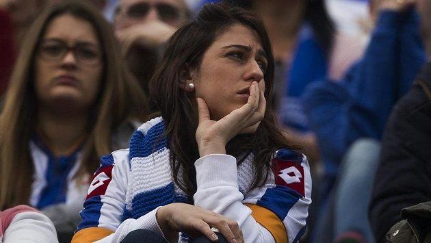 Zdrcená fanynka Deportiva v ochozech stadiónu Vicenteho Calderona v Madridu.