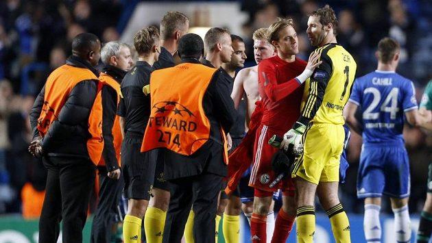 Petr Čech a Timo Hildebrand (vpravo v červeném) po utkání Ligy mistrů mezi Chelsea a Schalke.