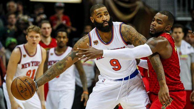 Baketbalista New Yorku Knicks Kyle O'Quinn (9) s míčem bráněný Paulem Millsapem (4) z Antlanty Hawks.