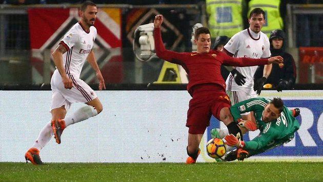Patrik Schick se snaží vykopnout balón brankáři AC Milán Gianluigimu Donnarummovi.