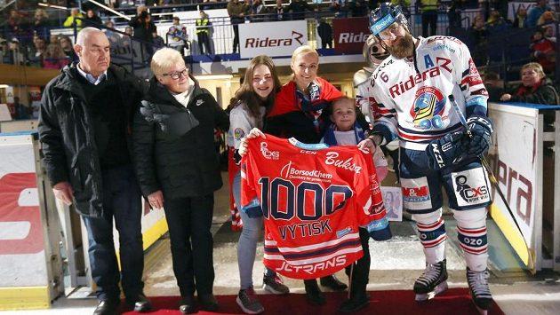 Jan Výtisk z Vítkovic (vpravo) nastoupil ke svému 1000. zápasu v extralize, jubilejní dres s ním převzali manželka, děti i jeho rodiče.