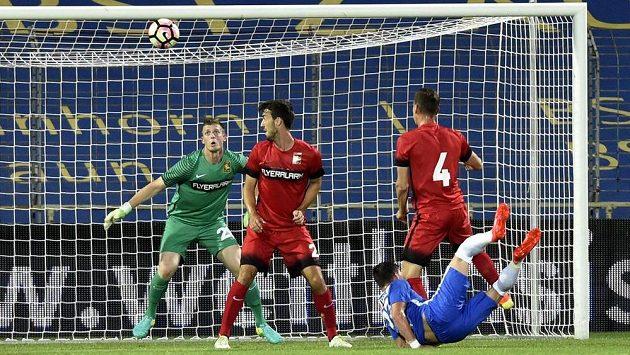 Vpravo vpředu Egon Vůch z Liberce dává vyrovnávací gól. Zleva brankář Admiry Manuel Kuttin a další hráči Mödlingu Fabio Strauss a Stephan Zwierschitz.