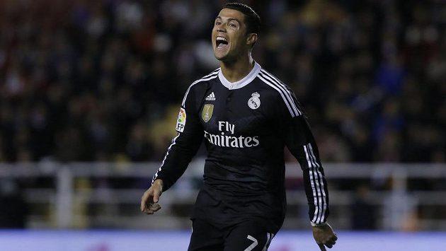 Cristiano Ronaldo z Realu Madrid slaví gól v síti Vallecana.