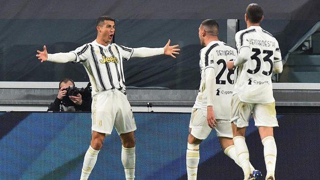 Dvěma brankami zařídil Cristiano Ronaldo v italské fotbalové lize výhru Juventusu 2:0 nad Cagliari. Portugalský útočník je v čele tabulky střelců. Na snímku slaví gól se svými spoluhráči.