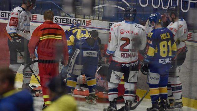 Zraněného Radoslava Tybora z Vítkovic odnášejí na nosítkách z ledové plochy.
