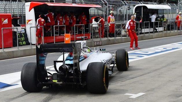 Šéf Ferrari Maurizio Arrivabene se pokoušel přejít uličku v boxech a ocitl v cestě Felipeho Massy s williamsem ve chvíli, kdy konkurenční tým vyslal brazilského pilota na trať.
