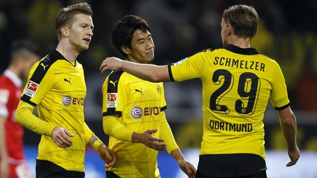 Fotbalisté Dortmundu slaví gól proti Mohuči. Zleva Marcel Schmelzer, Šindži Kagawa a Marco Reus.