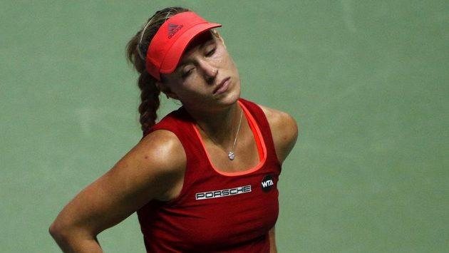 Zklamaná německá tenistka Angelique Kerberová po porážce s Lucií Šafářovou, po které na Turnaji mistryň skončila.