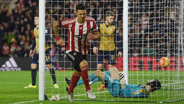 Jose Fonte oslavuje další trefu Southamptonu do sítě Arsenalu, zatímco gólman Kanonýrů Petr Čech bezmocně leží na zádech.