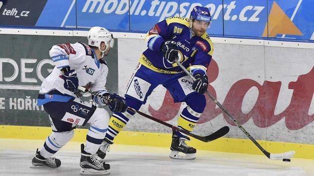 Hokejisté týmu Aukro Berani Zlín přivítali v dohrávce 25. kola extraligy Piráty Chomutov. Zleva David Skokan z Chomutova v souboji o puk s Tomášem Žižkou ze Zlína.