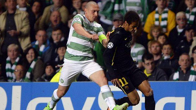 Scott Brown (vlevo) z Celtiku Glasgow po faulu na Neymara z Barcelony viděl červenou kartu.