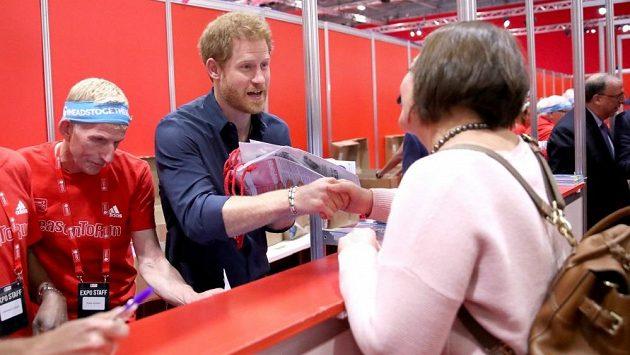 Princ Harry má rád své poddané a věrně jim slouží.
