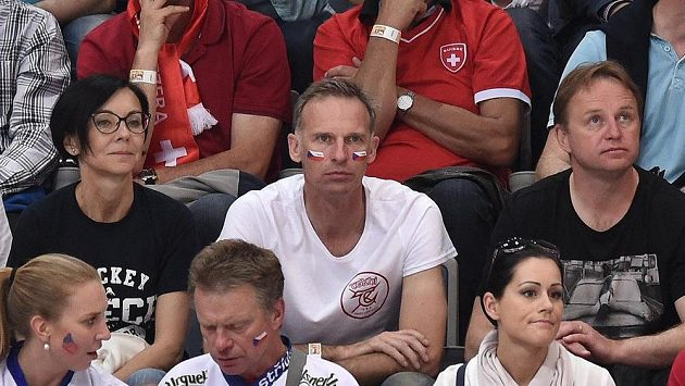 Dominik Hašek mezi svojí partnerkou Libuší Šmuclerovou a Pavlem Paterou při utkání Česko-Švýcarsko.