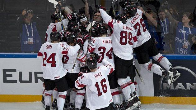 Švýcaři se radují z vítězství nad Kanadou 3:2 v prodloužení.