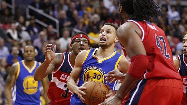 Stephen Curry (30) z Golden State a washingtonští Bradley Beal (3) a Nene (42).