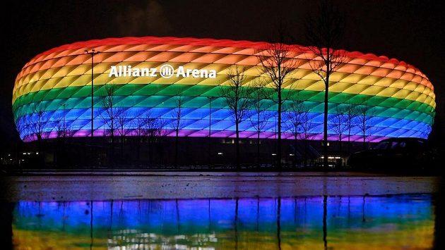 Aréna v Mnichově osvětlena duhovými barvami.