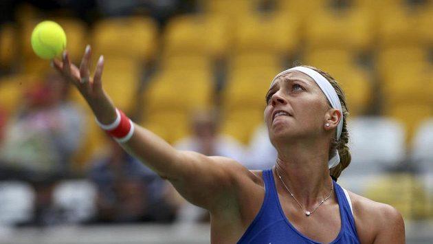 Tenistka Petra Kvitová servíruje v zápase proti Monice Puigové.